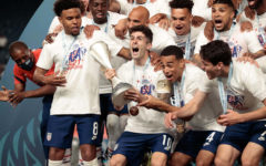 Christian Pulisic and the rest of the USMNT lift the CONCACAF Nations League trophy.